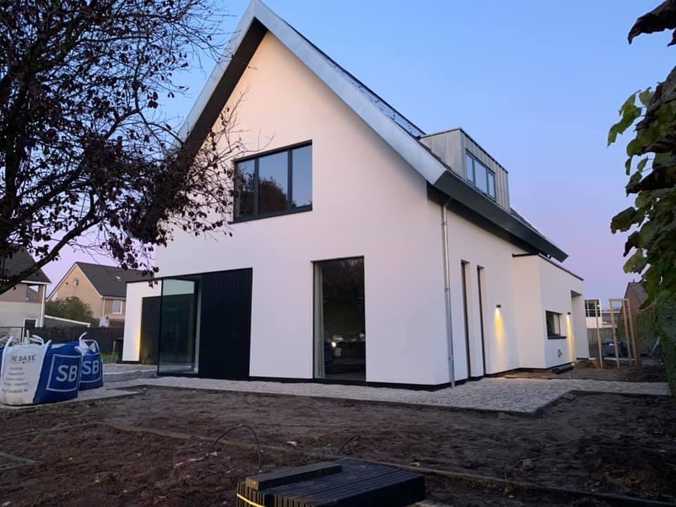Wit gestuct huis in Heesch